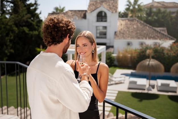 Zbliżenie na parę w luksusowym domu podróży