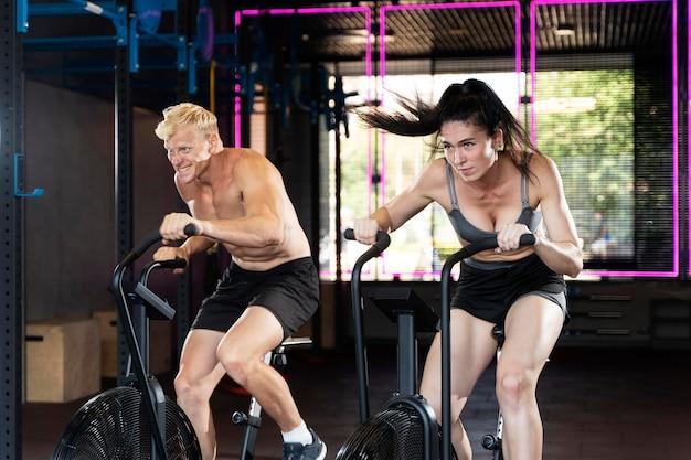 Zbliżenie na parę wykonującą trening crossfit