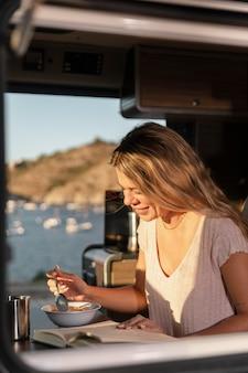 Zbliżenie na piękną kobietę cieszącą się śniadaniem