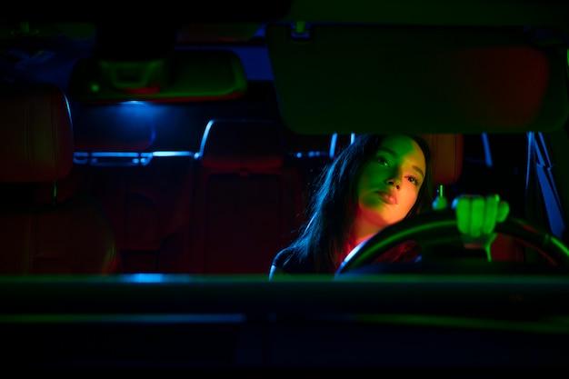 Zbliżenie na piękną, młodą kobietę prowadzącą