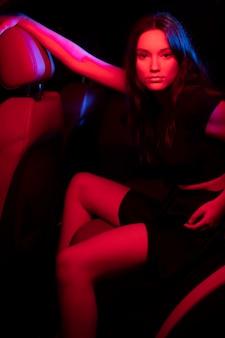Zbliżenie na piękną młodą kobietę w samochodzie