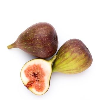 Zbliżenie na piękne dojrzałe owoce figowe na białym tle