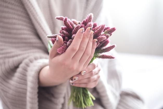 Zbliżenie na piękne kobiece ręce trzymając kwiaty
