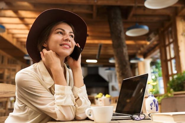 Zbliżenie na piękne kobiety w kapeluszu siedzi