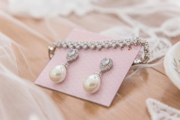 Zbliżenie na piękny zestaw biżuterii ślubnej