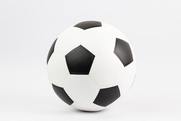 Zbliżenie na piłki nożnej na białym tle