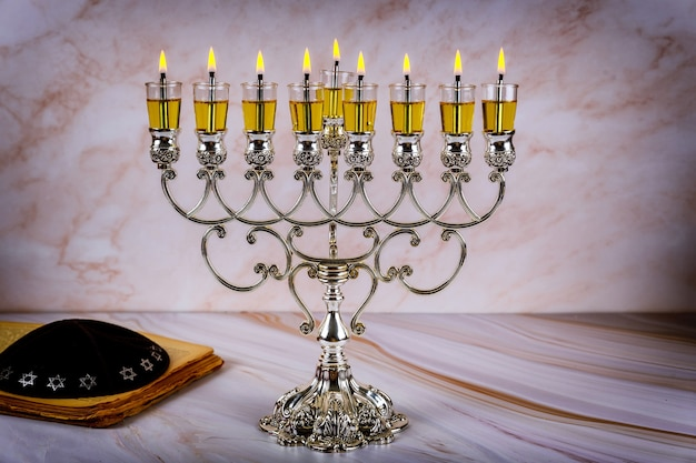 Zbliżenie na płonący świecznik chanuka ze świecami menora tradycyjne święto żydowskie