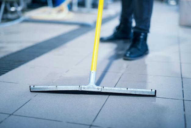 Zbliżenie na podłogę wycieraczki mop do czyszczenia zakładu przemysłowego