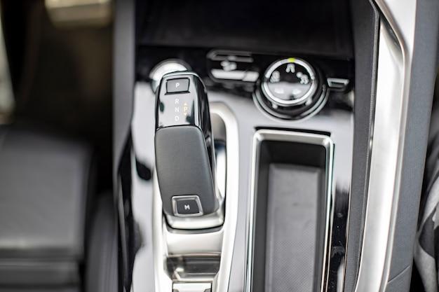 Zbliżenie na pokrętło automatycznej skrzyni biegów w nowym widoku z góry na nowoczesny samochód