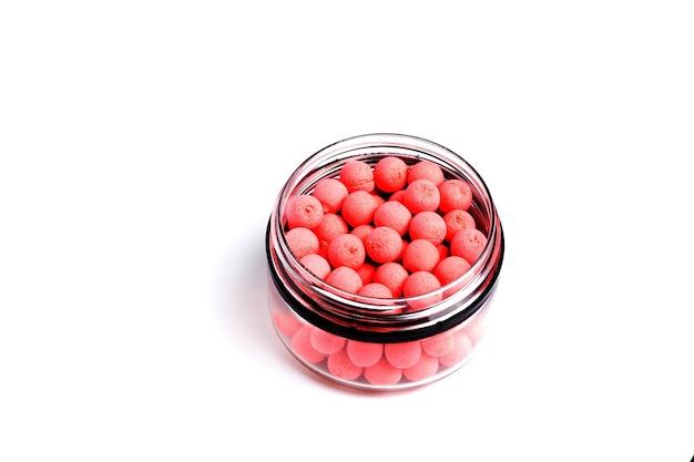 Zbliżenie na pomarańczowe kulki proteinowe, przynęty na karpia