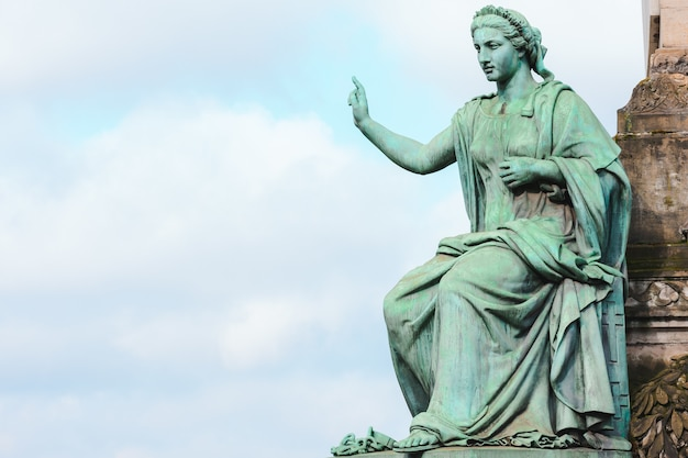Zbliżenie na pomnik kolumny kongresu w słońcu i zachmurzone niebo w brukseli