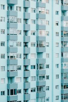 Zbliżenie na powtarzający się budynek w odcieniach błękitu z przestrzenią do kopiowania i kinowym klimatem