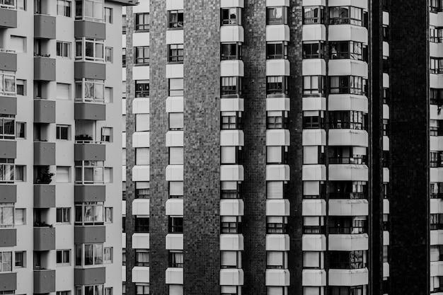 Zbliżenie na powtarzalny budynek w czerni i bieli z przestrzenią do kopiowania i kinowym otoczeniem