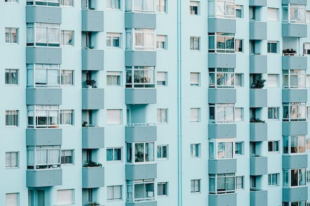 Zbliżenie na powtarzalny budynek w odcieniach błękitu z przestrzenią do kopiowania i kinowym ambientem zbliżenie na powtarzalny budynek w odcieniach błękitu z przestrzenią do kopiowania i kinowym otoczeniem