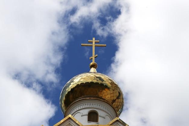 Zbliżenie na prawosławny złoty krzyż na dachu