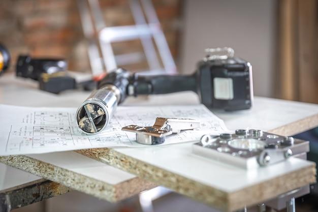 Zbliżenie na precyzyjny uchwyt wiertarski i inne narzędzia stolarskie.