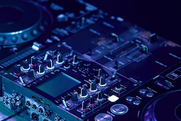 Zbliżenie na profesjonalną konsolę dj-a