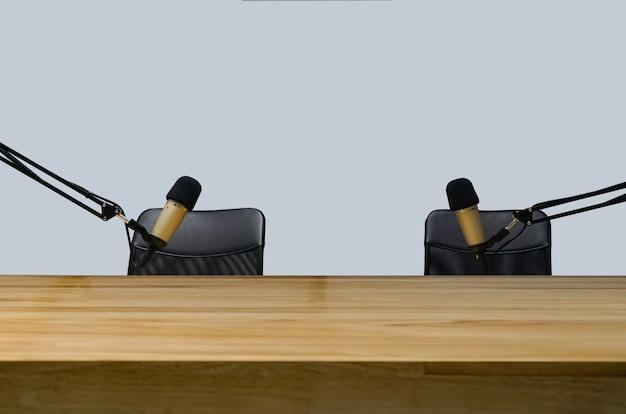 Zbliżenie na profesjonalny sprzęt do nagrywania podcastów w domowym podcastie vlogger home studio. mikrofon, światła w powietrzu na stole
