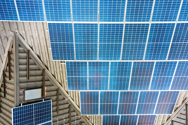 Zbliżenie na prywatny dom z panelami fotowoltaicznymi do produkcji czystej energii elektrycznej na dachu.