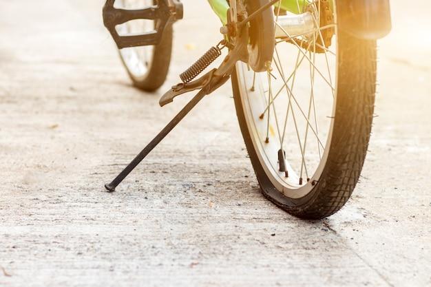 Zbliżenie na przebicie gwoździa śruby motocyklowej lub opony rowerowej