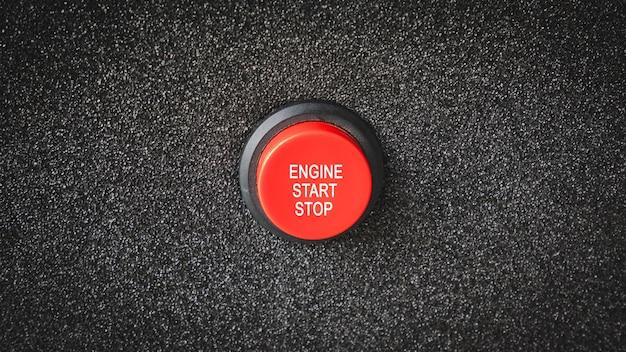 Zbliżenie na przyciski z literami wskazującymi na uruchomienie silnika lub silnika elektrycznego.