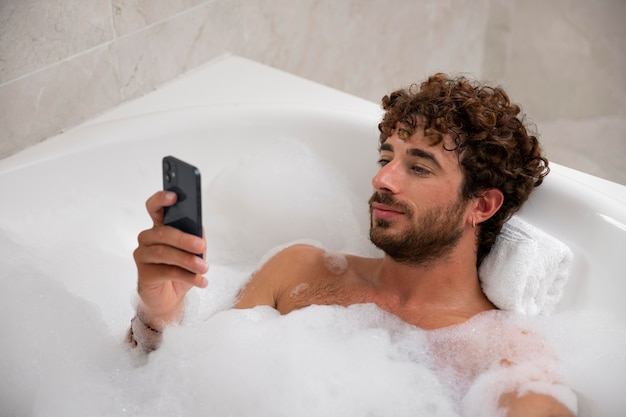 Zbliżenie na przystojnego mężczyznę biorącego kąpiel