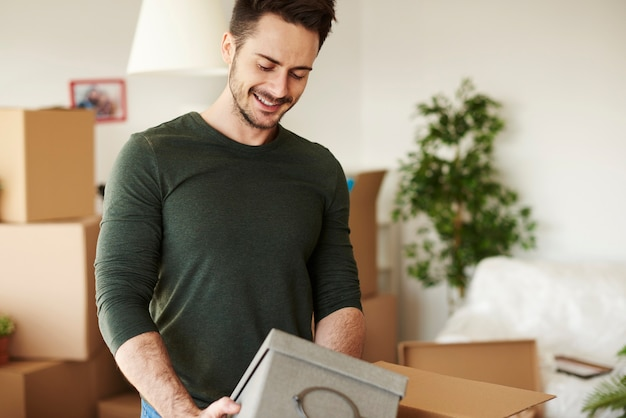 Zbliżenie na przystojnego mężczyznę otwierającego ruchome pudełka