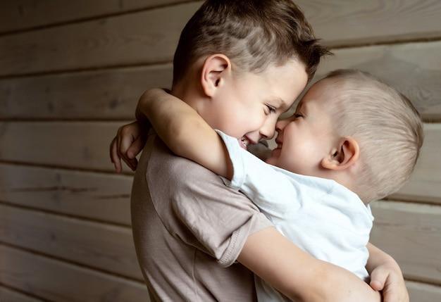 Zbliżenie na przytulających się chłopców