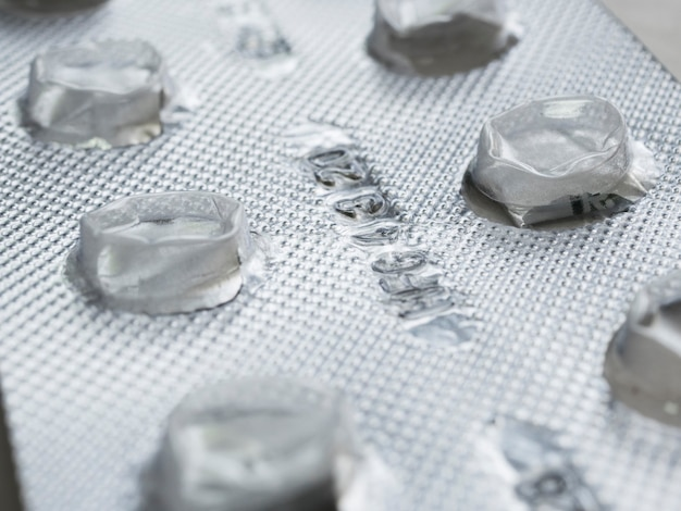 Zbliżenie na puste opakowanie tabletek