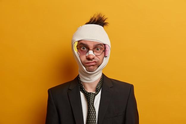 Zbliżenie na rannego mężczyznę z ciemnym siniakiem pod oczami i wstrząsem mózgu, nosi bandaż