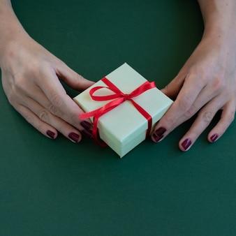 Zbliżenie na ręce kobiety trzymające miejsce na pudełko na tekst