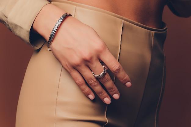 Zbliżenie na ręce kobiety w stylu boho z biżuterią srebrną.