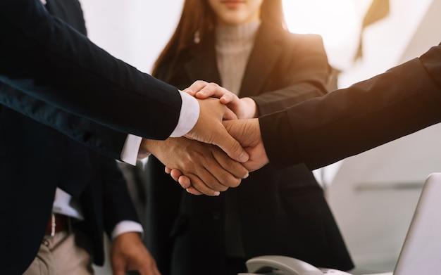 Zbliżenie na ręce ludzi biznesu łączą ręce razem na koncepcji jedności w świetle poranka