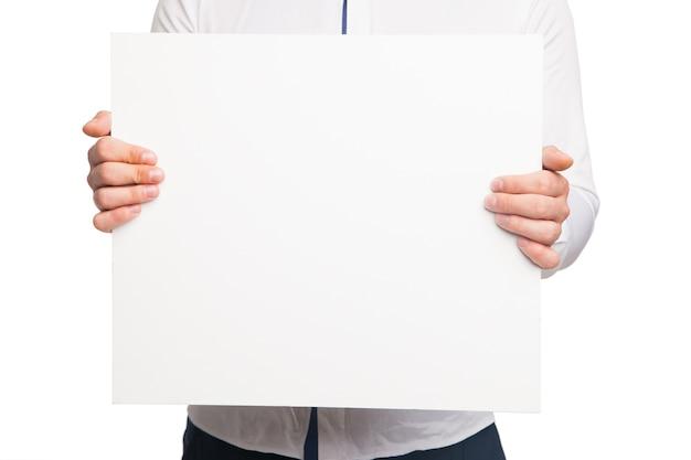 Zbliżenie na ręce mężczyzny pokazujące białą pustą deskę na białym tle
