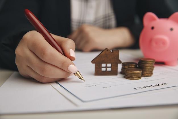 Zbliżenie na ręce notariusza kobiety podpisujące dokumenty