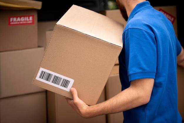 Zbliżenie na ręce trzymając pudełko