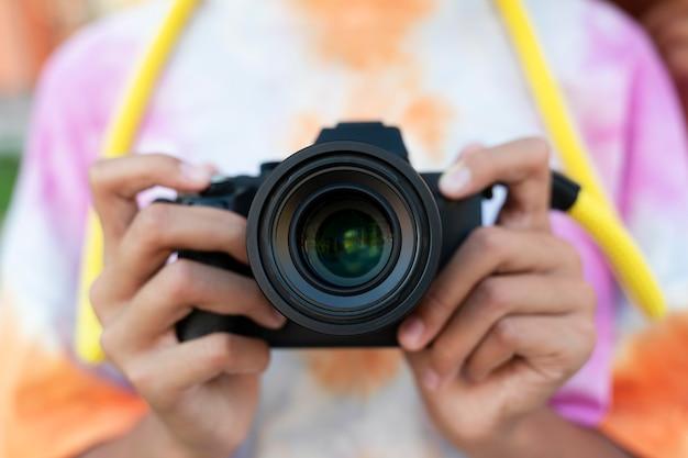 Zbliżenie na ręce trzymające aparat