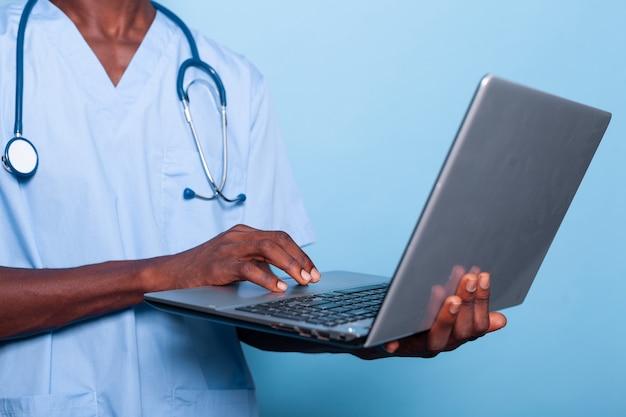 Zbliżenie na ręce trzymające i używające nowoczesnego laptopa