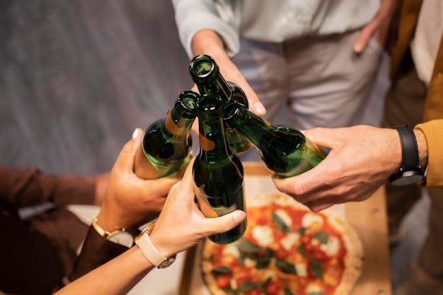 Zbliżenie na ręce trzymające napoje