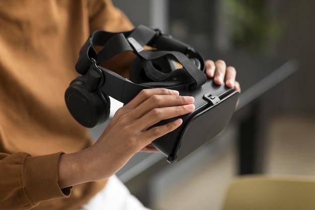 Zbliżenie na ręce trzymające okulary vr