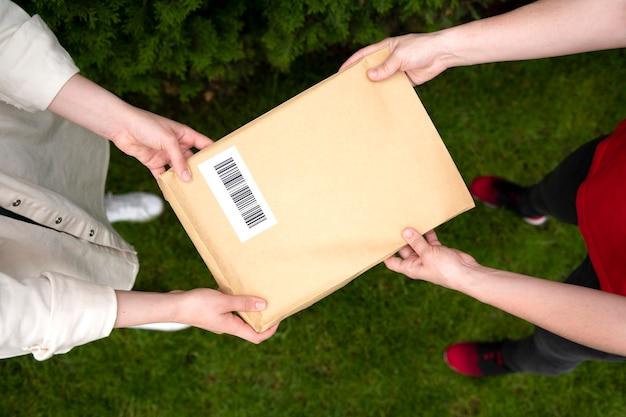 Zbliżenie na ręce trzymające paczkę