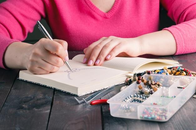 Zbliżenie na ręcznie robionych projektantów wykonujących szkice