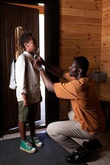 Zbliżenie na rodzica przygotowującego dziecko do szkoły