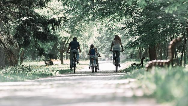 Zbliżenie na rodzinę na porannej przejażdżce rowerem
