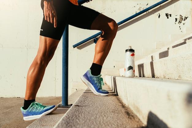 Zbliżenie na rozciąganie nóg. fitness, trening, sport, koncepcja stylu życia.
