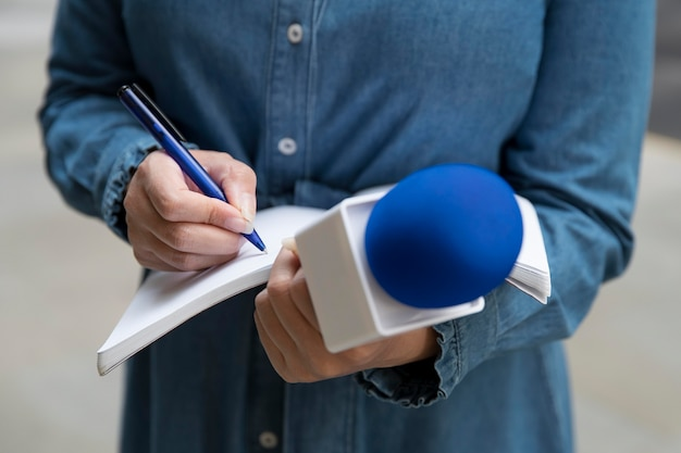 Zbliżenie na rozmówcę robiącego notatki