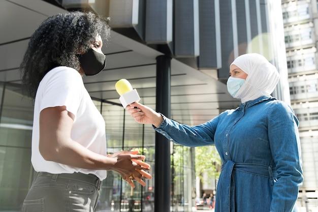 Zbliżenie na rozmówcę z mikrofonem wypowiadającym zeznania