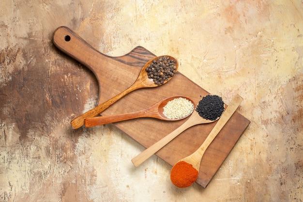 Zbliżenie na różne przyprawy wyłożone drewnianymi łyżkami