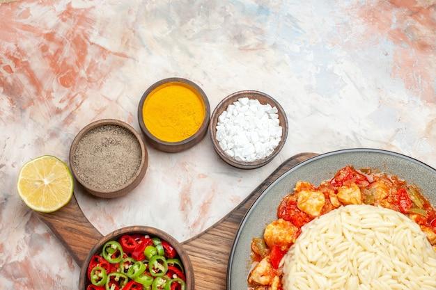 Zbliżenie na różne przyprawy wyłożone w miskach