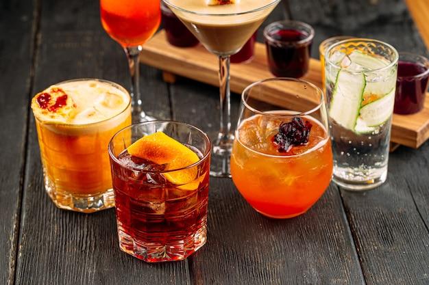 Zbliżenie na różne słodkie mieszane koktajle alkoholowe
